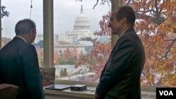Amerikanın Səsinin direktoru Deyvid Ensor Cəmil Həsənliyə ofisindən Kapitolinin görünüşünü göstərir
