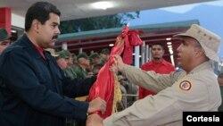 """Maduro prometió radicalizar la lucha contra la llamada """"guerra económica"""" frente a cientos de militares que conmemoraron 13 años del golpe de estado contra Chávez."""