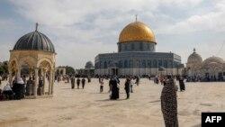 Warga Palestina memperingati kelahiran Nabi Muhammad (Maulid Nabi), di kompleks masjid al-Aqsa, situs tersuci ketiga umat Islam, di kota tua Yerusalem 29 Oktober 2020. (Foto: Ahmad Gharabli/ AFP)