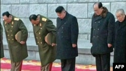 Lãnh đạo mới của Bắc Triều Tiên Kim Jong Un (giữa) trong tang lễ của cố lãnh đạo Triều Tiên Kim Jong Il, ở Bình Nhưỡng, 28/12/2011