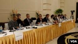 အီးယူ ဥေရာပပါလီမန္က လႊတ္ေတာ္အမတ္ေတြ သတင္းစာရွင္းလင္းပြဲ (VOA)