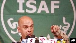 Phát ngôn viên NATO Gunter Katz phát biểu tại một cuộc họp báo ở Kabul.