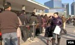 Gradjani Kine u redu pred američkom ambasadom u Pekingu čekaju vizu sa posjetu ili školovanje u Sjedinjenim Državama