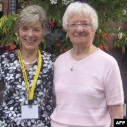 Bà Rae Cheney, phải, cùng con gái, bà Jerilyn Brusseau.