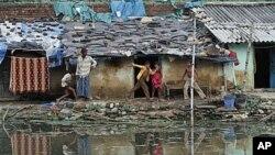 Trẻ em Ấn Độ tại khu ổ chuột ở Allahabad