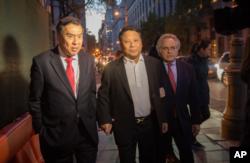 2015年10月25日,吴立胜获保释离开联邦法院,左为律师莫虎,右为律师本杰明·布拉夫曼