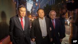 2015年10月25日,吳立勝獲保釋離開聯邦法院,左為律師莫虎,右為律師本傑明‧布 拉夫曼