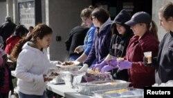 Para sukarelawan membagikan makanan panas untuk korban Badai Sandy di Belmar, New Jersey (Reuters/Tom Mihalek)