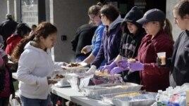 Para relawan membagikan makanan hangat kepada para korban dan pengungsi badai Sandy (foto: dok).