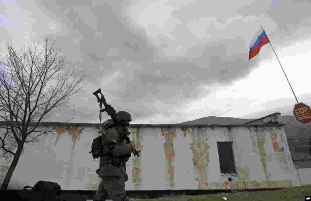 Ruski vojnik maršira kraj ukrajinske pješadijske baze u Perevalnoj. 4. marta 2014.