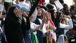 دوحا میں ہونے والے ایشین گیمز میں پاکستان بمقابلہ ہانگ کانگ ہاکی میچ میں پاکستانی خواتین تماشائی اپنی ٹیم کی حوصلہ افزائی کر رہی ہیں (فائل فوٹو)
