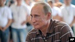 普京7月31日星期二參加了在離莫斯科不遠的一個療養渡假地夏令營中的青年論壇對話活動。