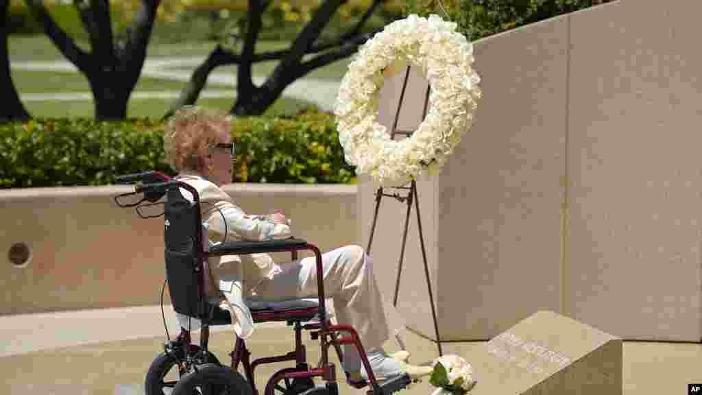 Cựu Đệ nhất Phu nhân Nancy Reagan đến thăm mộ của chồng, Tổng thống Ronald Reagan, tại Thư viện Tổng thống Reagan ở Simi Valley, California, ngày 5/6/2014.