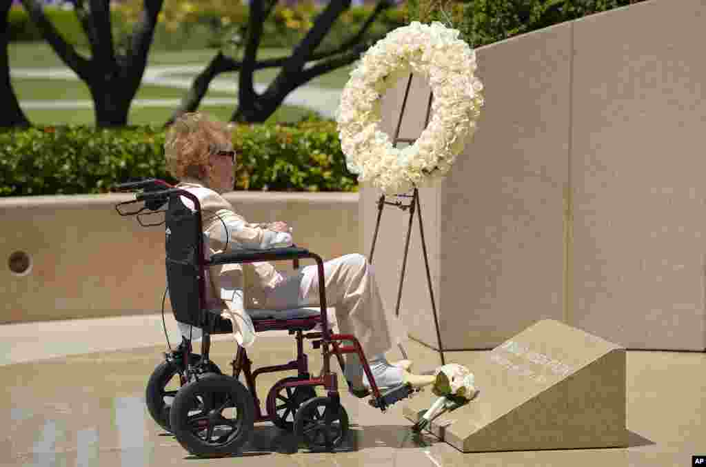 Former first lady Nancy Reagan visits the grave site of her husband, President Ronald Reagan, at the Ronald Reagan Presidential Library in Simi Valley, California, June 5, 2014.