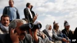 Suruç eteklerinde bir tepede çatışmaları izleyen ilçe halkı