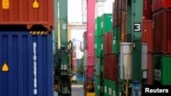 日本東京一個工業港口堆積的集裝箱。(2019年5月22日)
