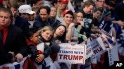 지난 3월 미국 미시건주 워렌에서 열린 도널드 트럼프 공화당 대선 후보 유세장에서 지지자들이 트럼프 후보를 기다리고 있다. (자료사진)