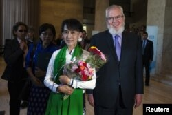 Ikon pro-demokrasi Burma, Aung San Suu Kyi (kiri) disambut oleh Direktur Organisasi Buruh Internasional (ILO) Juan Somavia setibanya di Jenewa, Swiss (14/6).