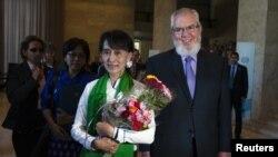 緬甸民主領袖昂山素姬(左)星期四和國際勞工組織總幹事胡安•索馬維亞抵達在日內瓦的國際勞工組織的總部