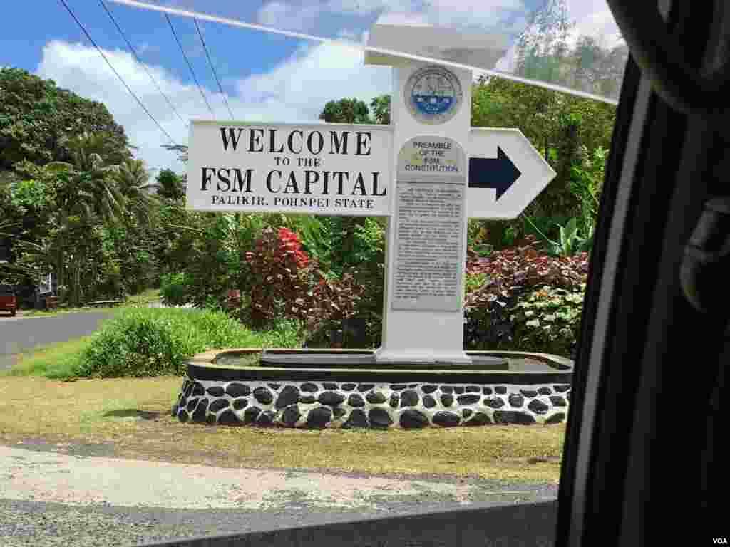 Cột mốc đánh dấu đường vào thủ đô Palikir, Pohnpei, Liên bang Micronesia, ngày 26 tháng 4, 2017. Liên bang Micronesia có chính phủ lập hiến do tổng thống đứng đầu. Liên bang Micronesia trở thành một quốc gia độc lập khỏi quyền quản trị của Mỹ vào năm 1979 và gia nhập Hiệp ước Liên kết Tự do với Mỹ, trong đó đảo quốc này được Mỹ hỗ trợ tài chính và bảo vệ chủ quyền lãnh thổ.