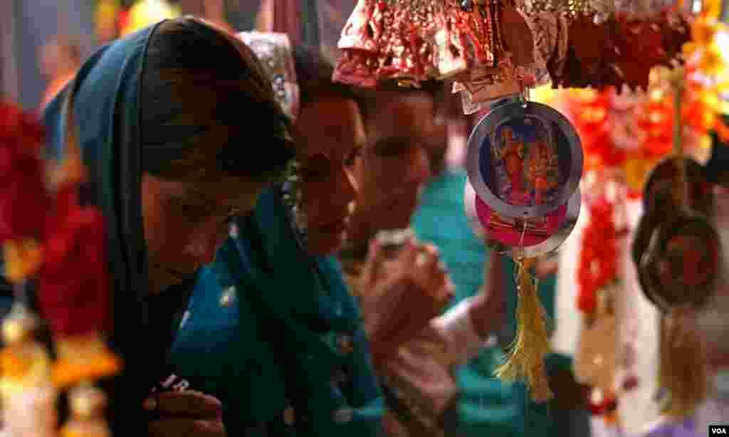 دیوالی کے لئے مختلف سامان کی خریداری کرتی خواتین