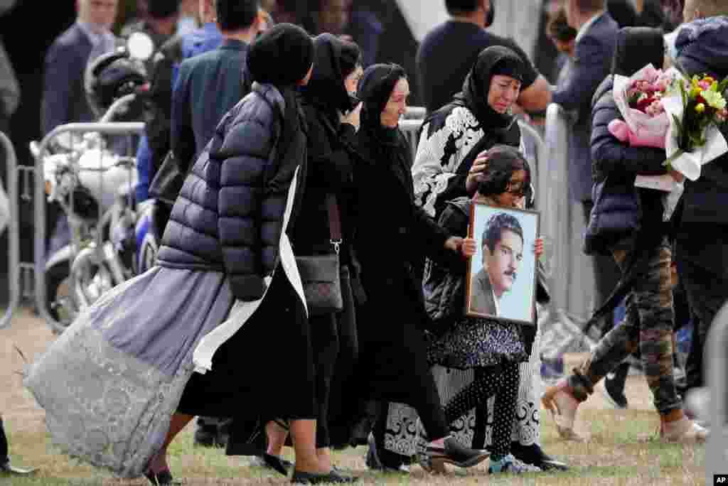 خانواده های قربانیان حمله تروریستی نیوزیلند امروز در مراسم تشییع آنها شرکت کردند. حدود ۵۰ نفر در تیراندازی به دو مسجد کشته شدند.
