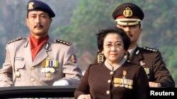 Chỉ vài ngày sau khi được Tổng thống Widodo đề cử làm Tư lệnh cảnh sát quốc gia, ông Budi Gunawan (phải, phía sau) bị nêu là nghi can trong một vụ tham nhũng.