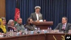 کریم خلیلی، معاون دوم رئیس جمهور افغانستان درحال ایراد خطابه درکنفرانس شورای عالی صلح