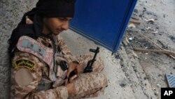 Seorang tentara Libya siaga dengan senjatanya dalam pertempuran dengan milisi Islamis di Benghazi, Libya (foto: dok).