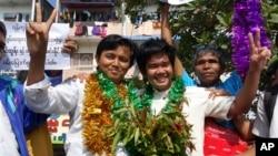 Tahanan politik Aung Min Naing (kiri) dan Yan Naing Tun saat baru dibebaskan dari penjara Insein di Rangon, Desember 2013. (AP/Khin Maung Win)