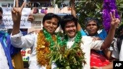 Pemerintah Myanmar membebaskan sedikitnya 12 tahanan politik hari Selasa (31/12).