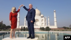 Sara Netanyahu (kiri) dan suaminya, PM Israel Benjamin Netanyahu dalam kunjungan di Taj Mahal, Agra, India 16 Januari lalu (foto: ilustrasi).