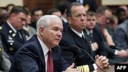 Bộ trưởng Quốc phòng Hoa Kỳ Robert Gates (trái) và Đô Đốc Mike Mullen Chủ tịch Ban Tham Mưu Liên Quân điều trần ở Điện Capitol, 31/3/2011