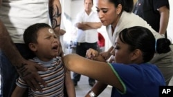 A child visiting a relative at a jail receives a dose of influenza A (H1N1) vaccine in Ciudad Juarez (File Photo)