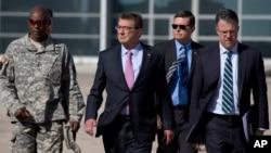 Letjen Angkatan Darat Ron Lewis (kiri) bersama Menteri Pertahanan AS Ash Carter di Bandara Queen Alia di Amman, Yordania, Juli 2015.
