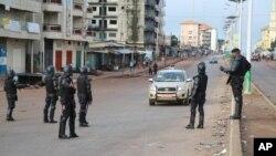 Des policiers perquisitionnent un véhicule à Conakry, Guinée, 11 octobre 2015.
