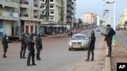 Des policiers à un point de contrôle à Conakry, lors de la présidentielle en Guinée, le 11 octobre 2015. (AP Photo/Youssouf Bah)