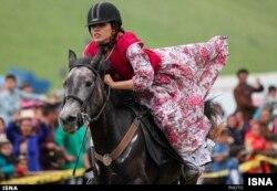 Seorang perempuan tengah menunggang kuda, sebagai ilustrasi. (Foto: ISNA)