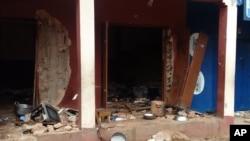 Sur cette photo prise sur un téléphone mobile, les débris jonchent la rue après l'explosion de deux bombes dans une mosquée de Jos, au Nigeria, le 6 juillet 2015.