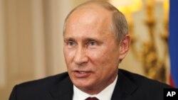 Presiden Rusia Vladimir Putin memberikan keterangan pers seusai pertemuan dengan Perdana Menteri Inggris David Cameron di London (2/8).