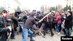 在哈尔科夫的一次集会期间,亲俄抗议者(左)与支持乌克兰领土完整的活动人士冲突,内务部人员试图分开双方。(2014年4月7日)