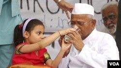 Aktivis sosial Anna Hazare, yang membatalkan mogok makan di New Delhi April lalu, kembali melakukan aksi mogok makan Rabu (8/6).