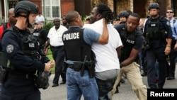 2015年8月19日,密蘇里州聖路易斯發生槍擊事件後,警察逮捕一名示威者。