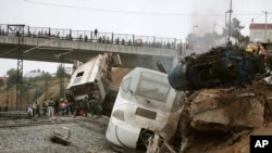 Para petugas medis mencari para korban dalam kecelakaan kereta api yang anjlok di dekat stasiun kota Santiago de Compostela, Spanyol utara Rabu malam (24/7).