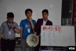反普教中學生團體記下支持普教中的教育局官員及立法會議員的名字,表示會進行「文明而勇武」的抗爭。(美國之音湯惠芸攝)