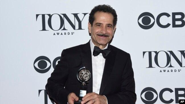 """Tony Shalhoub posa con el premio Tony por el musical """"The Band's Visit"""" en la 72 entrega anual de los Premios Tony en Nueva York el 10 de junio de 2018."""