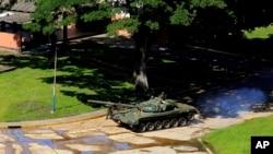 6일 베네수엘라 반정부 무장세력의 공격이 발생한 발렌시아의 파라마카이 기지에서 군 탱크가 이동하고 있다.