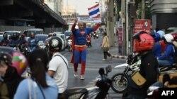 Một người vận động cử tri đi bỏ phiếu ở Thái Lan hôm 21/3.