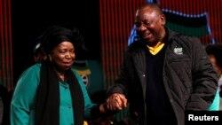 UNkosazana Dlamini-Zuma uxoxa lomsekeli kamongameli wakwele South Africa, uMnu. Cyril Ramaphosa.