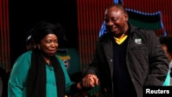 Mwenyekiti wa zamani wa Umoja wa Afrika Nkosazana Dlamini-Zuma akizungumza na makamu rais wa Afrika Kusini Cyril Ramaphosa kabla ya mkutano mkuu, June 30, 2017.